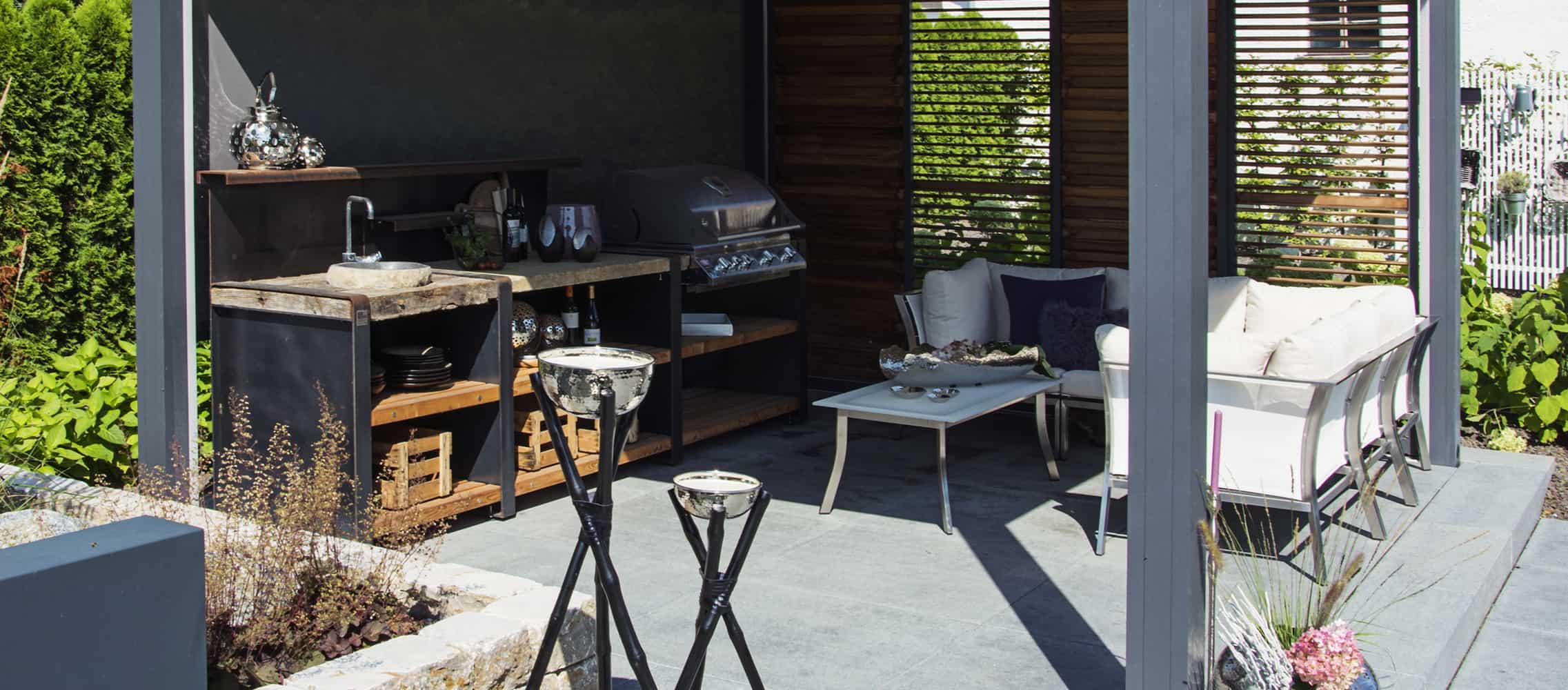 Outdoor Küche mit Sitzgelegenheit im Garten