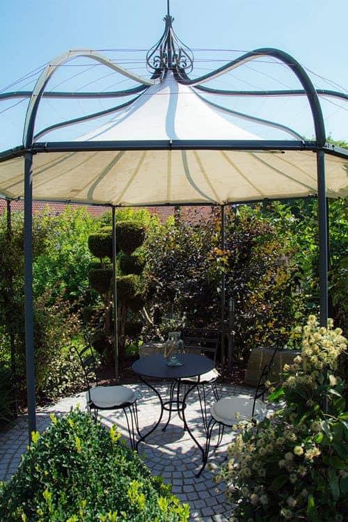 Sitzecke im Garten mit Schatten